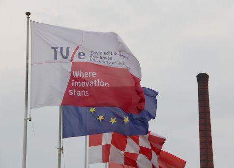 TUe vlag en EU vlag plus schoorsteen